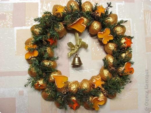 Онова - картонный круг, на который наклеены веточки туи, фигурки из соленого теста и апельсиновой кожуры, ольховые шишки.   фото 3