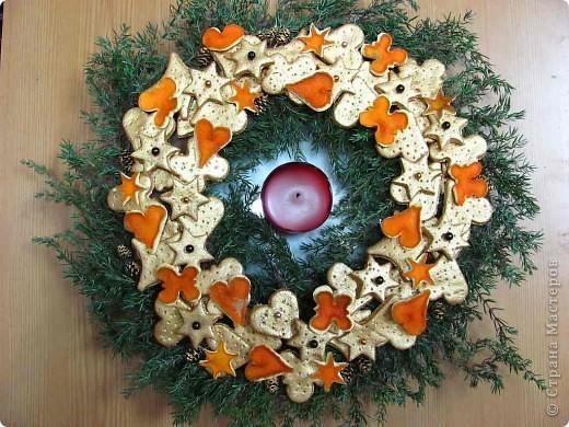 Онова - картонный круг, на который наклеены веточки туи, фигурки из соленого теста и апельсиновой кожуры, ольховые шишки.   фото 1