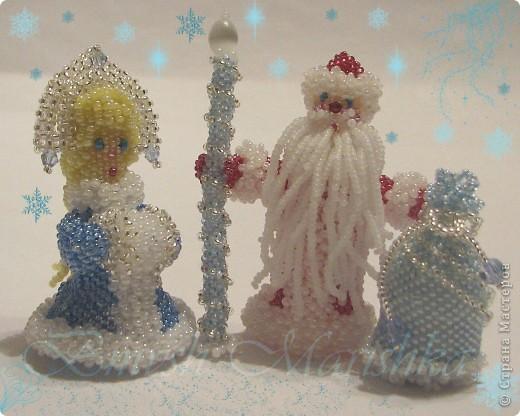 Вот сплела Деда Мороза и Снегурочку в преддверии Нового года. Высота фигурок 8 см.  фото 1