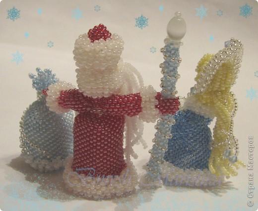 Вот сплела Деда Мороза и Снегурочку в преддверии Нового года. Высота фигурок 8 см.  фото 2