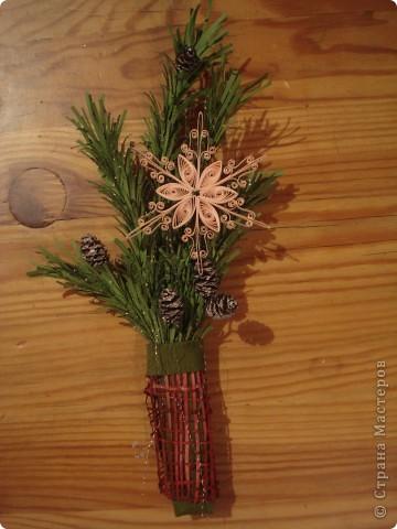 Я опять экспериментирую с еловыми веточками. Теперь решила украсить их снежинкой (по-моему, снежинки в технике квиллинга - это что-то потрясающее!) Как делать сами ветки, я смотрела здесь: http://www.liveinternet.ru/users/zhavoronok/post136575041 фото 2