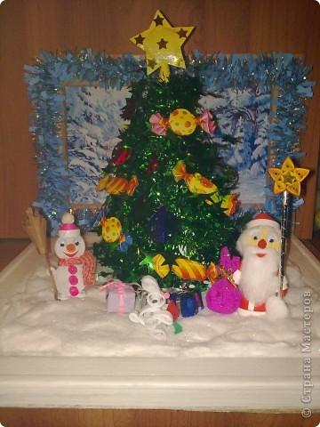 """Сделала сынуле в садик поделку на конкурс""""Мастерская Деда мороза"""" Вся поделка состоит из двух деревянных рамочек.Рамочка для фона украшена мишурой и картинкой с зимним пейзажем.Основная рамка квадратной формы,покрашена белой краской.Снег сделала из ваты.И покрыла её лаком для волос с блёстками.  фото 1"""