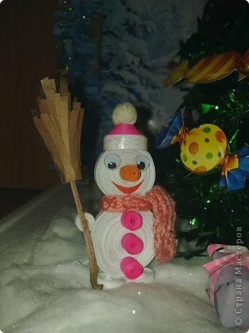 """Сделала сынуле в садик поделку на конкурс""""Мастерская Деда мороза"""" Вся поделка состоит из двух деревянных рамочек.Рамочка для фона украшена мишурой и картинкой с зимним пейзажем.Основная рамка квадратной формы,покрашена белой краской.Снег сделала из ваты.И покрыла её лаком для волос с блёстками.  фото 2"""