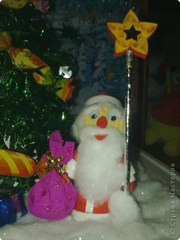 """Сделала сынуле в садик поделку на конкурс""""Мастерская Деда мороза"""" Вся поделка состоит из двух деревянных рамочек.Рамочка для фона украшена мишурой и картинкой с зимним пейзажем.Основная рамка квадратной формы,покрашена белой краской.Снег сделала из ваты.И покрыла её лаком для волос с блёстками.  фото 3"""