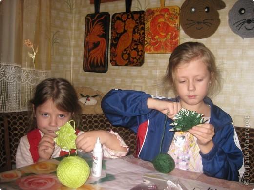 Очень легко и быстро можно сделать с маленькими детьми такие елочки. фото 2