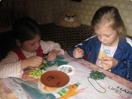 Очень легко и быстро можно сделать с маленькими детьми такие елочки. фото 3