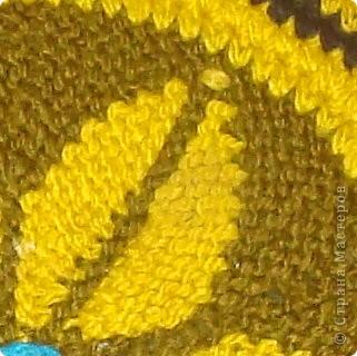 Коврик (или накидка на кресло как в моем случае), связанный спицами. Соединение и кайма выполнены крючком. Сам узо выполнен спицами вкруговую. С аналогичным узором уже выставляла ранее тапочки (там соответственно только полкруга). фото 4