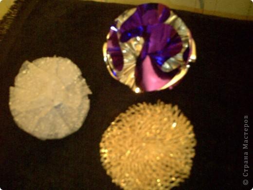 Эти разноцветные шарики можно сделать из различных материалов: обёрточной бумаги, сетки для оформления букетов, плотного материала, капроновой или атласной ленты. Кроме этого для работы понадобятся ножницы, степлер, картон, клей. фото 1