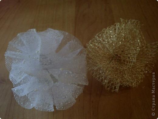 Эти разноцветные шарики можно сделать из различных материалов: обёрточной бумаги, сетки для оформления букетов, плотного материала, капроновой или атласной ленты. Кроме этого для работы понадобятся ножницы, степлер, картон, клей. фото 11