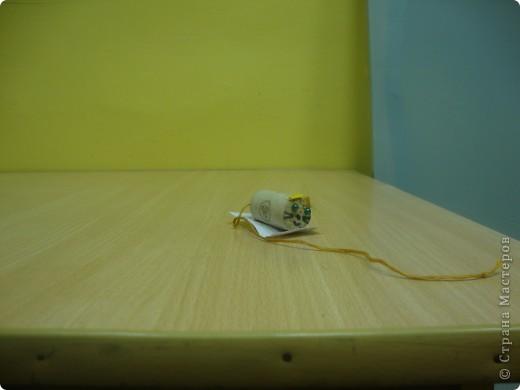 Та елочка, что со стволом, сделана из мелких стружек, которые получаются в автоматической точилке, а вторая - стружки из обычной маленькой точилки.  В том и другом варианте они покрашены гуашевой краской и украшены. фото 2