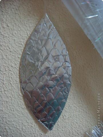 Вот такая ёлочка выросла у нас на стене в приёмной. Полоска шифона (остатки от пошива штор), картон , обёрнутый пищевой фольгой  и мишура. Вот и все составляющие елки. Может идея сгодится кому-нибудь. фото 5