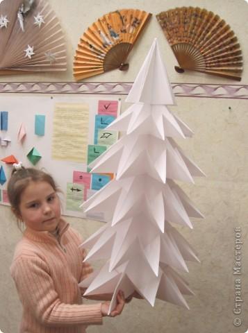 Вчера сделала одну такую большую ёлку! Она из ватмана. Сегодня сделаю вторую. Это для оформления,, будем крепить их на входные двери. МК ёлки  http://www.youtube.com/watch?v=H3nrbblb32w&feature=fvw  фото 2