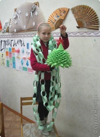Настя Краюхина со своей мамой сделали цепочку на ёлку и такую ёлочку-красавицу! фото 1