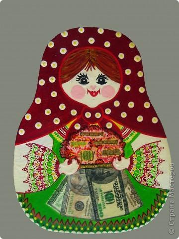 Если вам надо поздравить  с днем рождения женщину по профессии бухгалтер или кассир, т.е. ту, чья жизнь связана с деньгами, то предлагаю как вариант такую матрешку в подарок. Роспись по деревяной разделочной доске. Сто долларовые купюры - это туалетная бумага, приклеенная на деревянную доску почти как в стиле декупаж.  Пусть вас не смущает фон вокруг матрешки. просто фотографию я обработала в фотошопе, заменила фон, поэтому она выглядит как открытка.