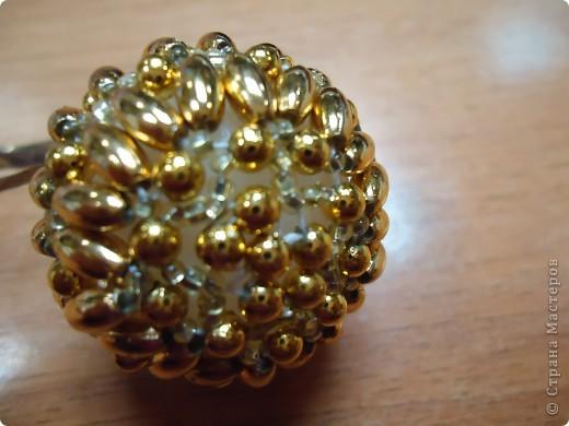Новогодние шарики, оплетенные бисером фото 6