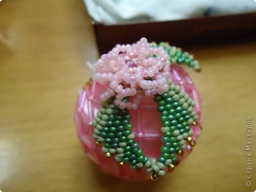 Новогодние шарики, оплетенные бисером фото 1