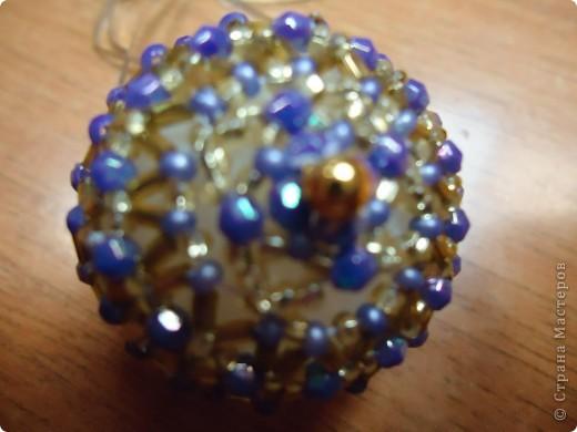 Новогодние шарики, оплетенные бисером фото 7