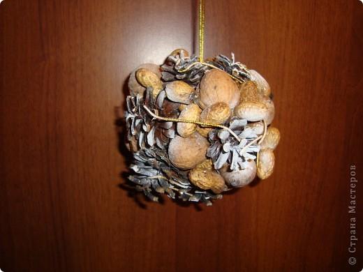 новогодний шарик из шишек и орехов фото 2
