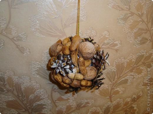 новогодний шарик из шишек и орехов фото 1