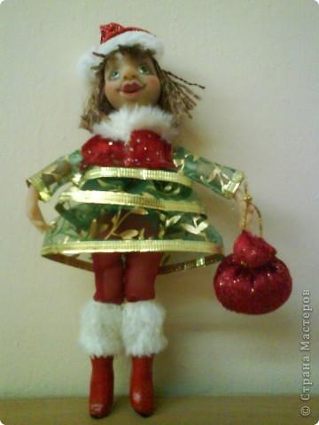 Еще одна моя не большая куколка. Рост 20 см. Вылеплена из материала Цернит. Волосы сделаны из бахромы.