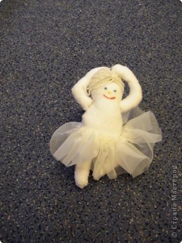 На сайте www.sherka.ucoz.ru/forum/69-247-2   увидела снеговиков-балерин, так как моя дочка занимается балетом, решила тоже сделать, только  не снеговичка, а просто балеринку из фетра