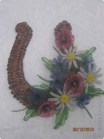 П одкова сделанная с газетных трубочок, цветочки - бисер. фото 1