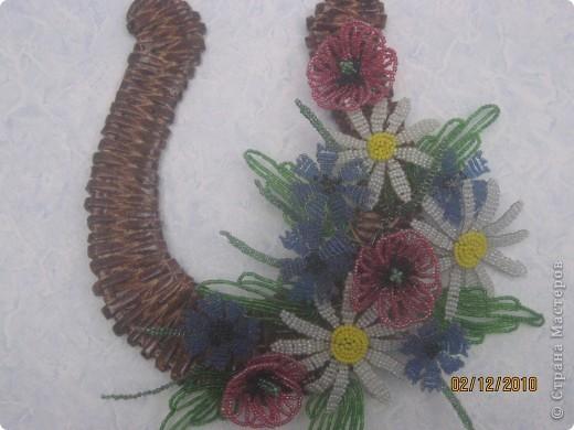 П одкова сделанная с газетных трубочок, цветочки - бисер. фото 2