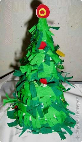 Ёлочку сделала минут за 15, навырезала 5 снежинок из зелёной бумаги разного размера. На спицу намотала бумагу, потом убрала спицу, получила тонкий ствол, а теперь начиная снизу надеваем снежинки, а под ними накручиваем небольшой валик из полоски, чтобы наши снежинки были неподвижны. Укращаем цветными шариками! фото 2
