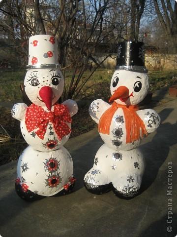 Снеговики сделаны из папье-маше. Они нужны для детской эстафеты на новогоднем празднике в школе. Дети, соревнуясь двумя командами, на скорость должны их собрать воедино. Кто быстрей? фото 7