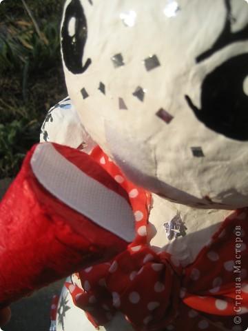 Снеговики сделаны из папье-маше. Они нужны для детской эстафеты на новогоднем празднике в школе. Дети, соревнуясь двумя командами, на скорость должны их собрать воедино. Кто быстрей? фото 6