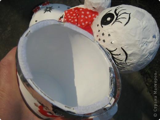 Снеговики сделаны из папье-маше. Они нужны для детской эстафеты на новогоднем празднике в школе. Дети, соревнуясь двумя командами, на скорость должны их собрать воедино. Кто быстрей? фото 5