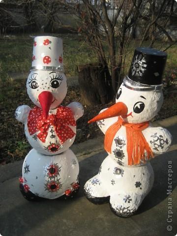Снеговики сделаны из папье-маше. Они нужны для детской эстафеты на новогоднем празднике в школе. Дети, соревнуясь двумя командами, на скорость должны их собрать воедино. Кто быстрей? фото 1