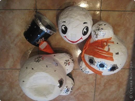 Снеговики сделаны из папье-маше. Они нужны для детской эстафеты на новогоднем празднике в школе. Дети, соревнуясь двумя командами, на скорость должны их собрать воедино. Кто быстрей? фото 2
