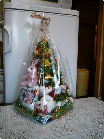 """Первый подопытный кролик! У меня получился новогодний гибрид """"сладкой елки"""" и """"торта из памперсов"""". Надеюсь полугодовалой малышке придется по нраву!!! фото 2"""