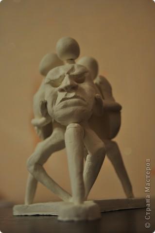 3 сидящих человека держат в руках маски, отражающие эмоции фото 3