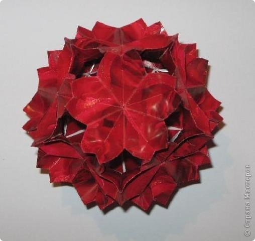 Всем привет!  Покажу еще несколько моделек, сделанных из яркой красной упаковочной бумаги.  Сакурадама Автор: Toshikazu Kawasaki МК Mary Bond вы найдете здесь: https://stranamasterov.ru/node/18890?tid=451%2C850 фото 1