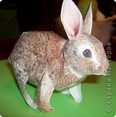 Вот такая кроличья корзинка получилась в итоге. Корзиночку делала по схеме из книги 3D оригами, а схема зайца есть практически на каждом сайте по поделкам из бумаги. фото 3