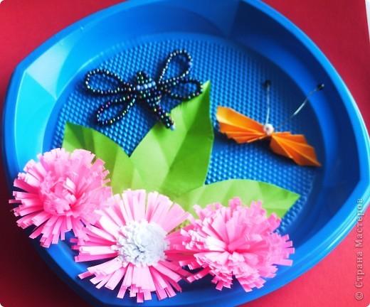 От праздника остались тарелочки, от поделок полосочки... Быстренько придумались цветочки, и вот получилось вот такое панно. фото 3