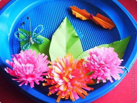 От праздника остались тарелочки, от поделок полосочки... Быстренько придумались цветочки, и вот получилось вот такое панно. фото 2