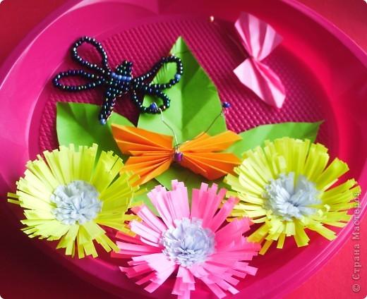 От праздника остались тарелочки, от поделок полосочки... Быстренько придумались цветочки, и вот получилось вот такое панно. фото 4