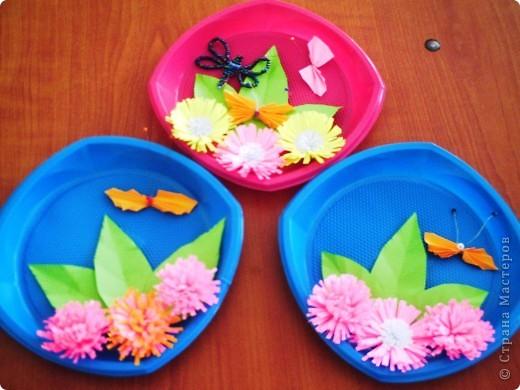 От праздника остались тарелочки, от поделок полосочки... Быстренько придумались цветочки, и вот получилось вот такое панно. фото 1
