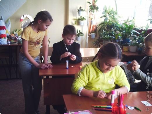 """Нравятся?! Это сделалаи ученики нашей школы из 4 класса """"А"""". Вот и нам понравились эти ёлочки, и мы решили попросить четвероклашек  провести с нами (первоклассниками) мастер-класс. фото 2"""