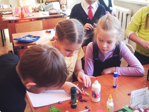 """Нравятся?! Это сделалаи ученики нашей школы из 4 класса """"А"""". Вот и нам понравились эти ёлочки, и мы решили попросить четвероклашек  провести с нами (первоклассниками) мастер-класс. фото 4"""