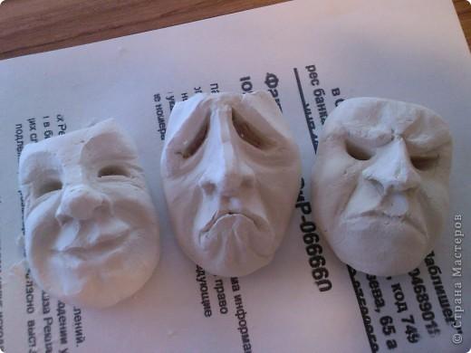 3 сидящих человека держат в руках маски, отражающие эмоции фото 1