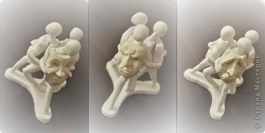 3 сидящих человека держат в руках маски, отражающие эмоции фото 4