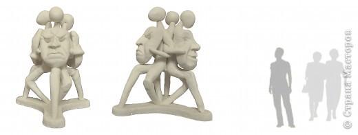 3 сидящих человека держат в руках маски, отражающие эмоции фото 5