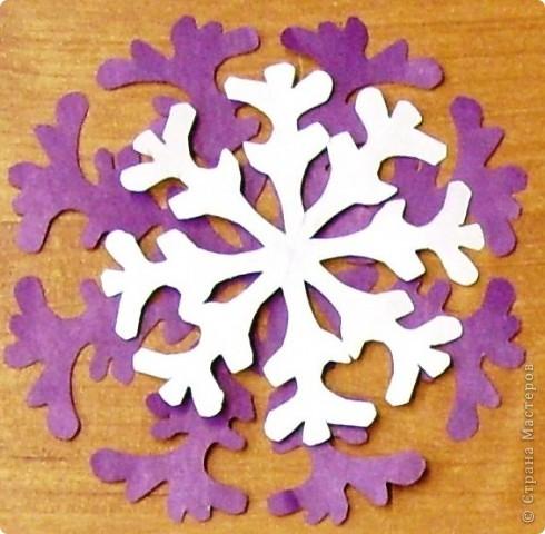 А бывают и такие морозные снежинки, играют себе под солнцем разными цветами! Очень красиво смотрятся в оформлении интерьера за счёт разнообразия цветов.  фото 12
