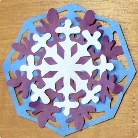 А бывают и такие морозные снежинки, играют себе под солнцем разными цветами! Очень красиво смотрятся в оформлении интерьера за счёт разнообразия цветов.  фото 13