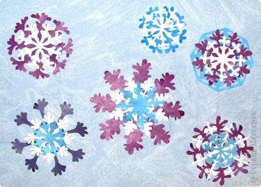 А бывают и такие морозные снежинки, играют себе под солнцем разными цветами! Очень красиво смотрятся в оформлении интерьера за счёт разнообразия цветов.  фото 3