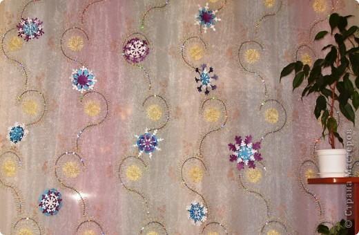 А бывают и такие морозные снежинки, играют себе под солнцем разными цветами! Очень красиво смотрятся в оформлении интерьера за счёт разнообразия цветов.  фото 5